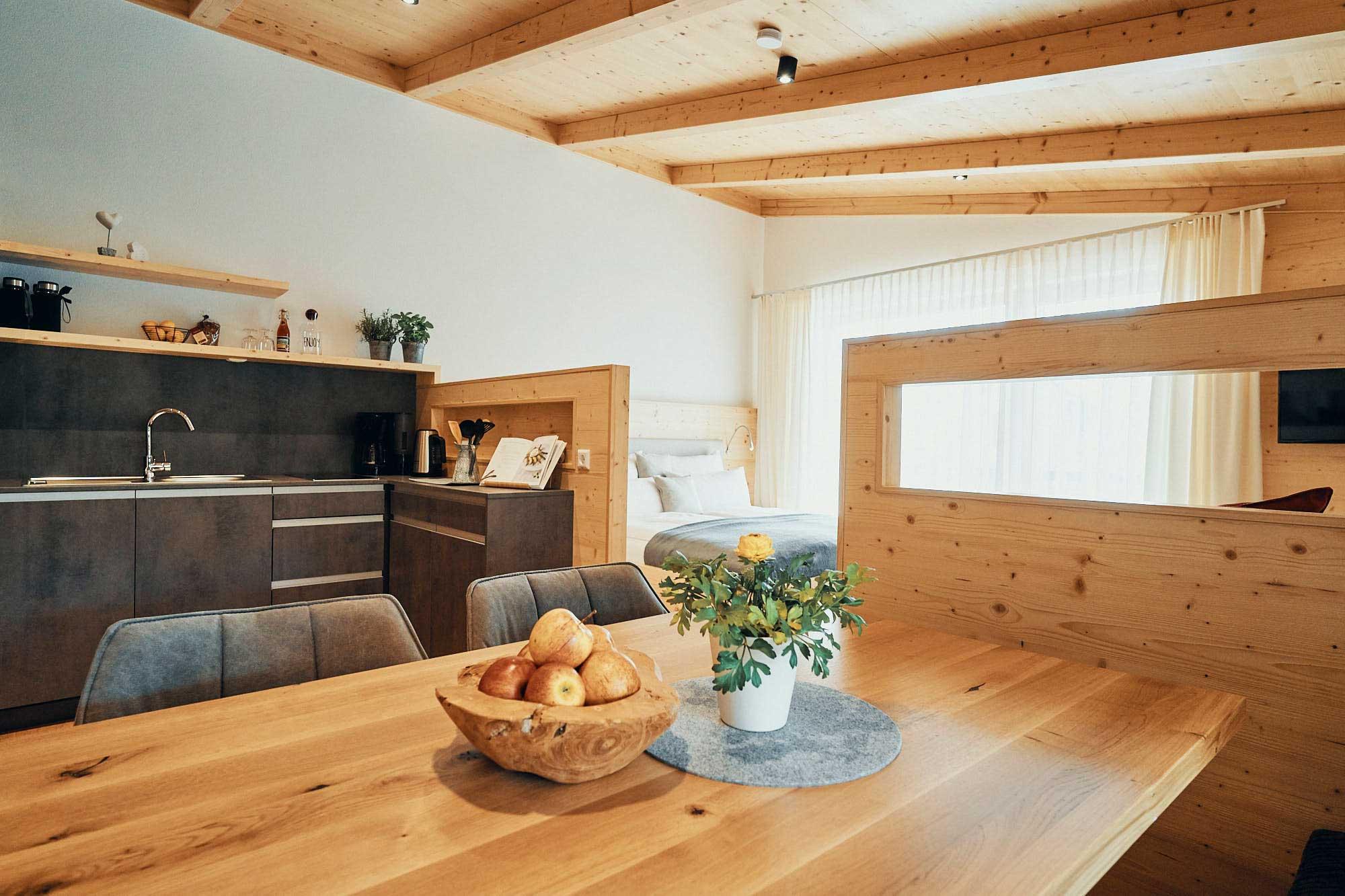 ECHTZEIT Ferien Apartment - Herzenswunsch - Wohnbereich, Esstisch, Küchenzeile