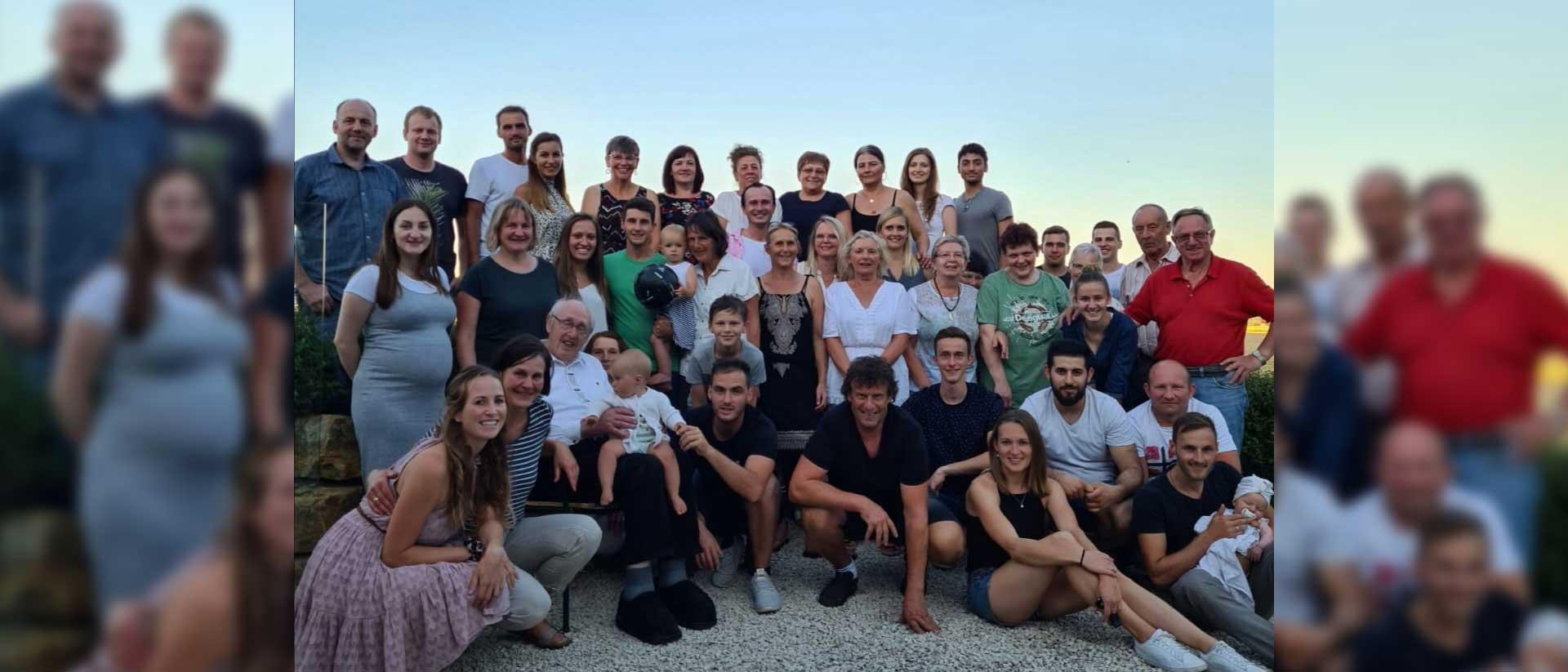 Gruppenbild Familie und Team